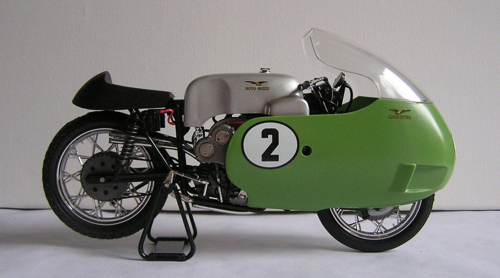 El bloque del V8 estaba formado por 4 pares de cilindros en V dispuestos frontalmente en el sentido de la marcha y en un ángulo de 90 °. Gracias a esta solución, la anchura de la moto era la misma que la de una 250 cc de 4 cilindros en línea.