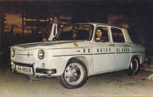 Los jóvenes en su Renault 8 impulsado por un motor de agua